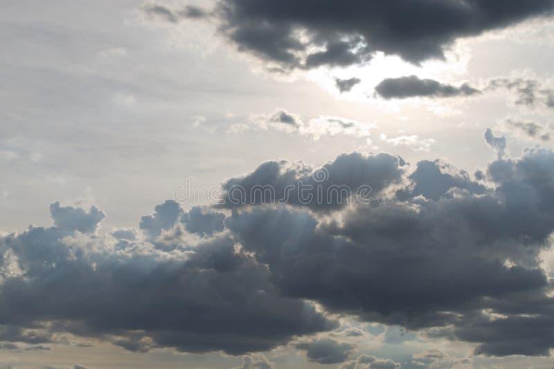 Skyfull темных облаков перед проливным дождем стоковое изображение rf