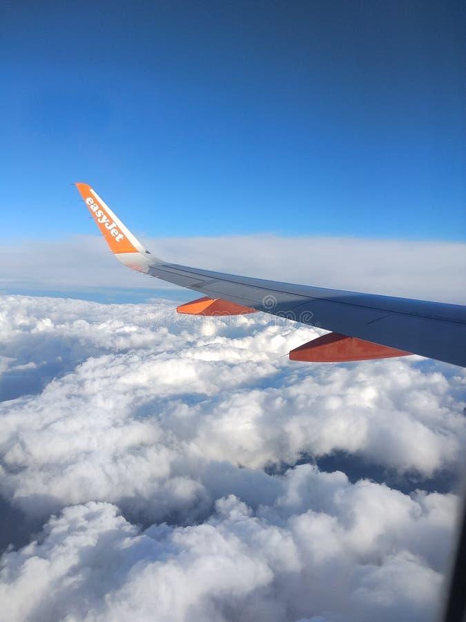 SkyJet anaranjado durante un viaje imagen de archivo