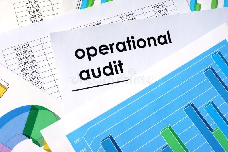 Skyla över brister med fungerande revision för titel och finansiella data arkivfoto