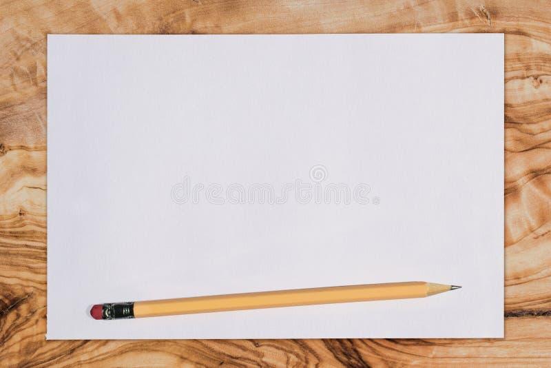 Skyla över brister och rita på ett träskrivbord som beskådas från ovannämnt med kopia s royaltyfri bild