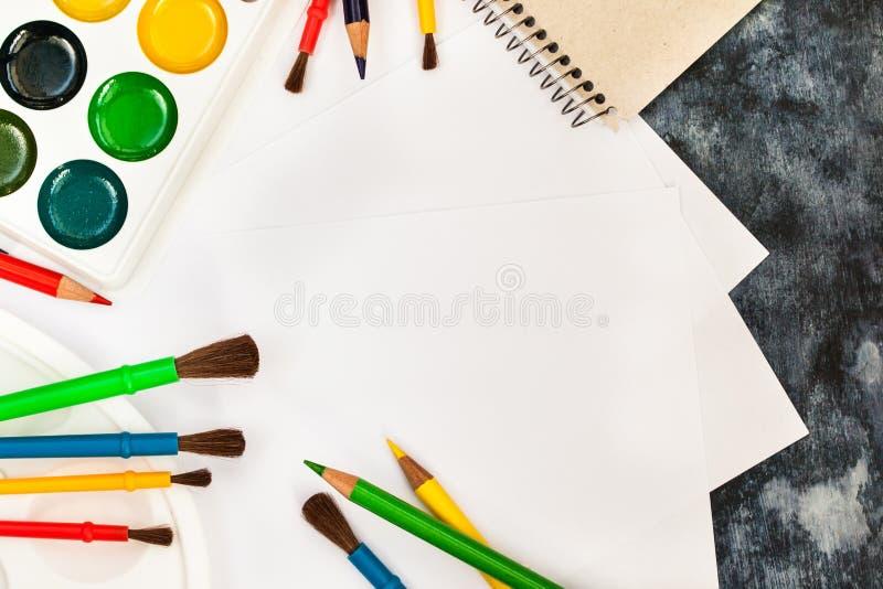Skyla över brister vattenfärgen målar, borstar för att måla, färgblyertspennor royaltyfri fotografi