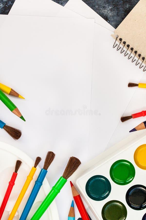 Skyla över brister vattenfärgen målar, borstar för att måla, färgblyertspennor arkivfoton