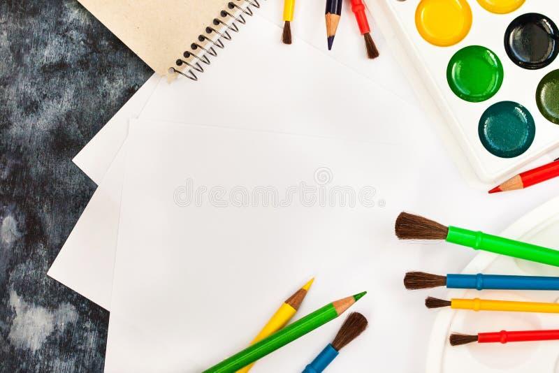 Skyla över brister vattenfärgen målar, borstar för att måla, färgblyertspennor royaltyfri foto