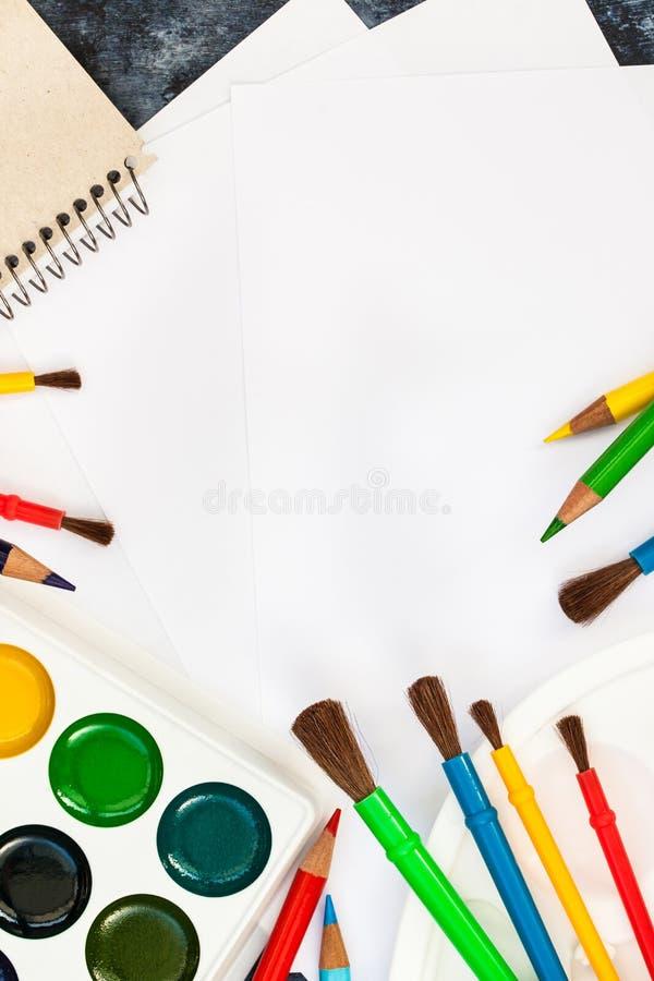 Skyla över brister vattenfärgen målar, borstar för att måla, färgblyertspennor royaltyfria bilder
