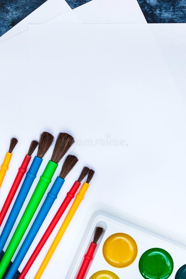 Skyla över brister vattenfärgmålarfärger, borstar för att måla, den bästa sikten, kopia royaltyfri bild