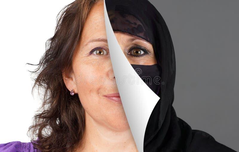 Skyla av muslimska kvinnor arkivbild