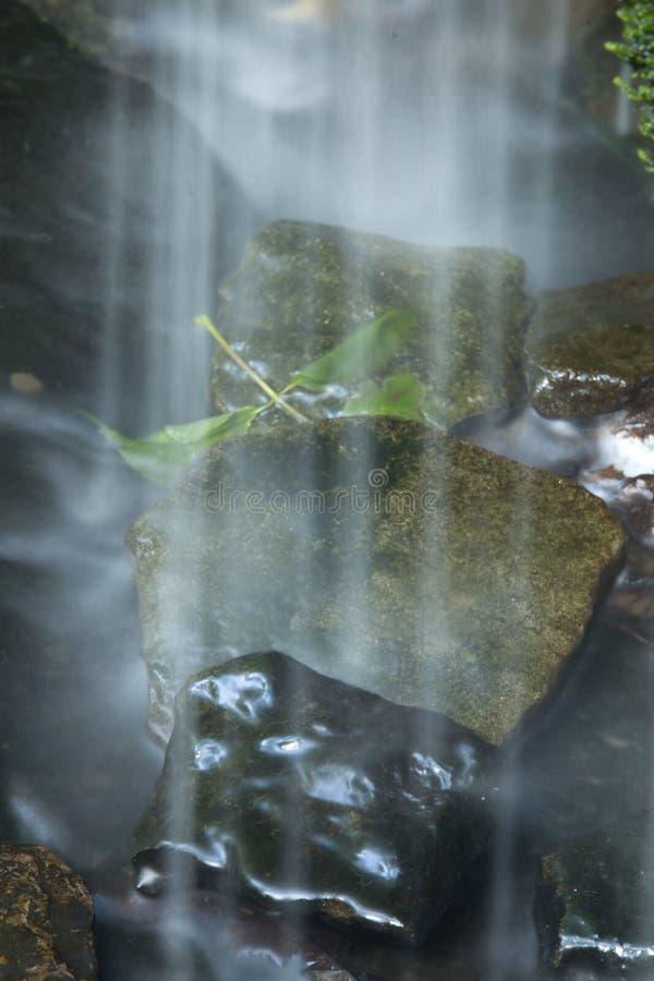 Skyla av vatten från Little Falls på Wadsworth parkerar, Connecticut arkivbild