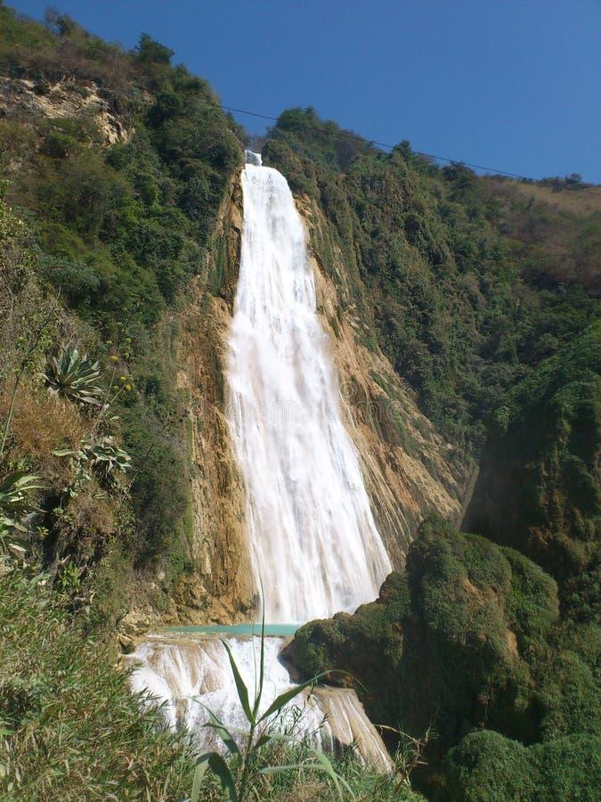 Skyla vattenfallet royaltyfri bild