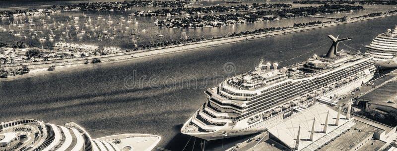 Skyline aérea de Miami com porto e navios de cruzeiros, Florida - EUA fotografia de stock