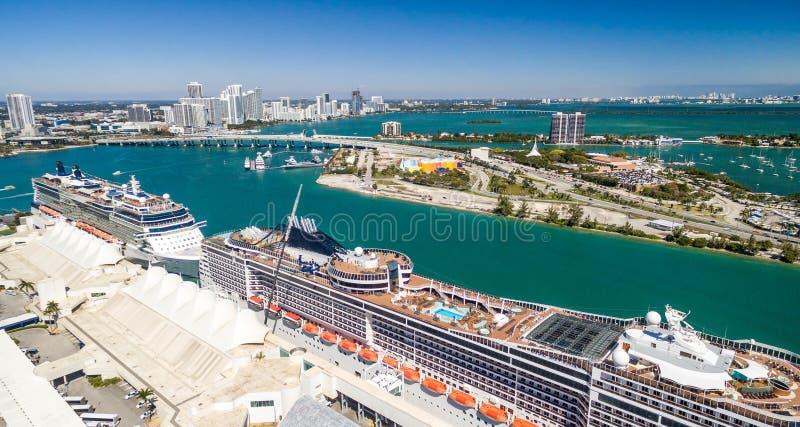 Skyline aérea de Miami com porto e navios de cruzeiros, Florida - EUA imagens de stock royalty free