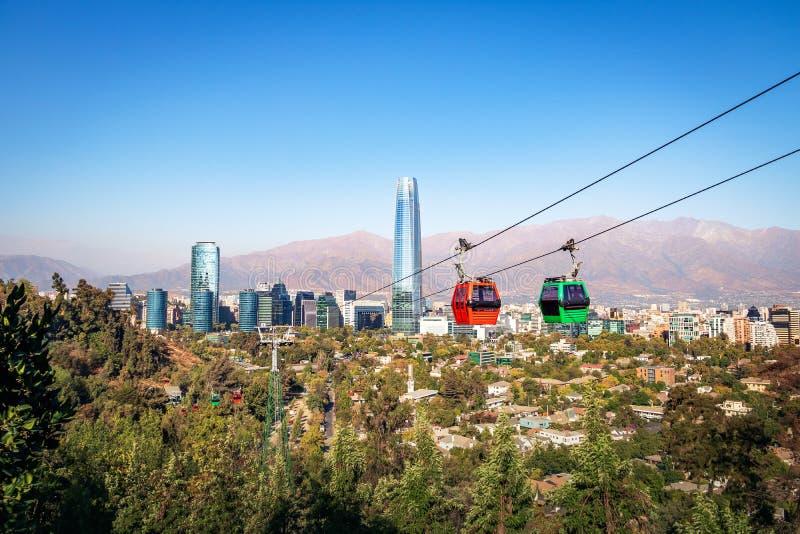 Skyline aérea de Santiago Metropolitan Park Cable Car e do Santiago com arranha-céus de Costanera - Santiago, o Chile fotos de stock