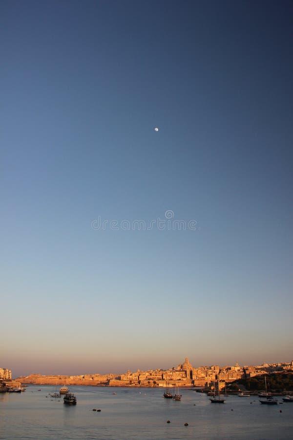 Skyline auf großartigem Hafen Vallettas am frühen Morgen lizenzfreie stockfotos