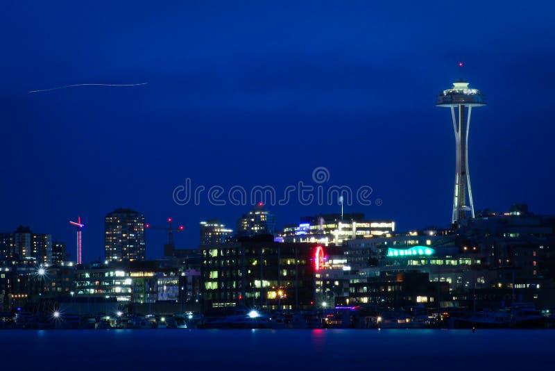 Skyline azul da cidade da noite de Seattle fotografia de stock
