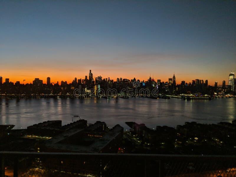 Skyline bei Sonnenaufgang stockfotografie