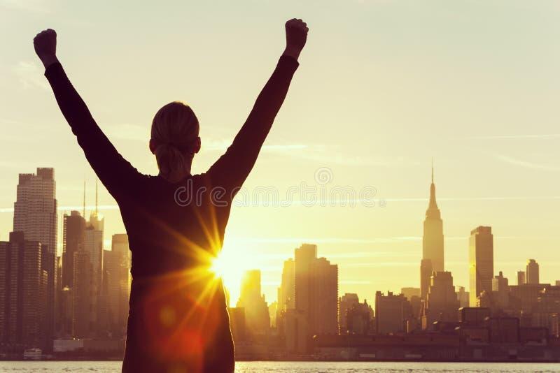 Skyline bem sucedida de New York City do nascer do sol da mulher fotografia de stock royalty free