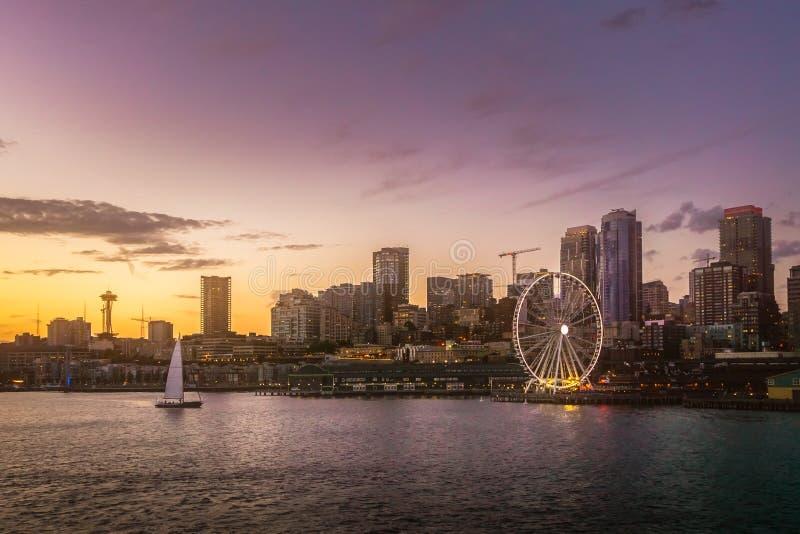Skyline bonita da margem de Seattle de Elliott Bay no crepúsculo Arquitetura da cidade ou cenário sonhador foto de stock