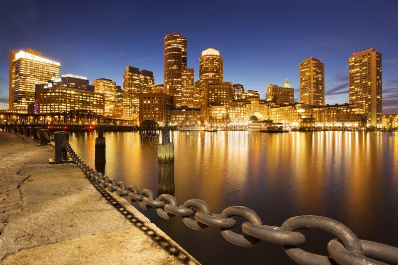 Skyline Bostons, Massachusetts, USA vom Fan-Pier nachts lizenzfreies stockbild
