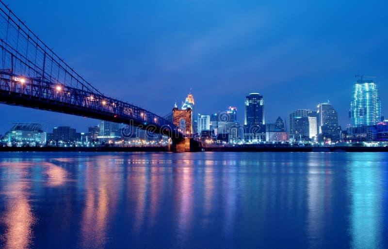 Skyline Cincinnati-Ohio nachts stockbild