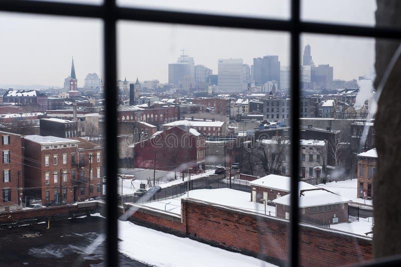 Skyline Cincinnatis, Ohio vom unfruchtbaren Fenster am trostlosen Winter-Nachmittag lizenzfreies stockfoto