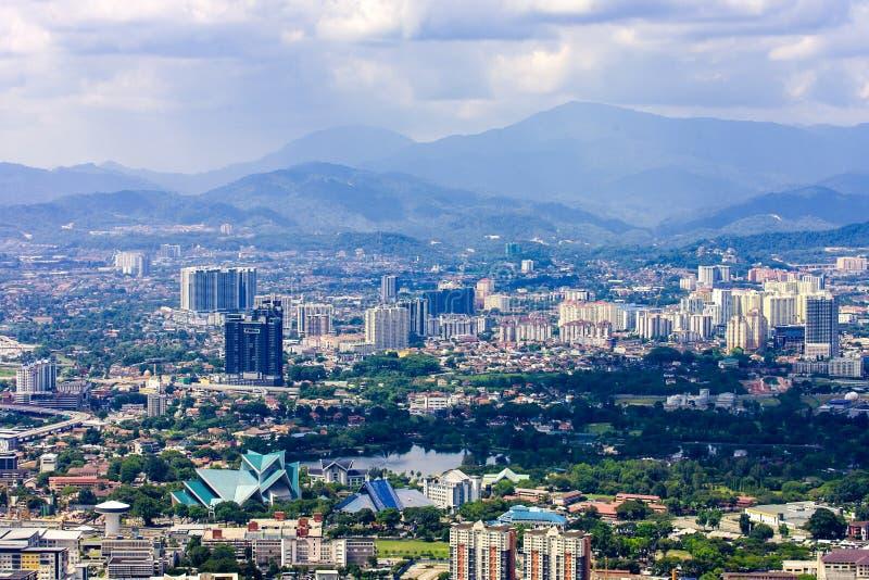 Skyline com montanhas, Malásia da cidade de Kuala Lumpur foto de stock