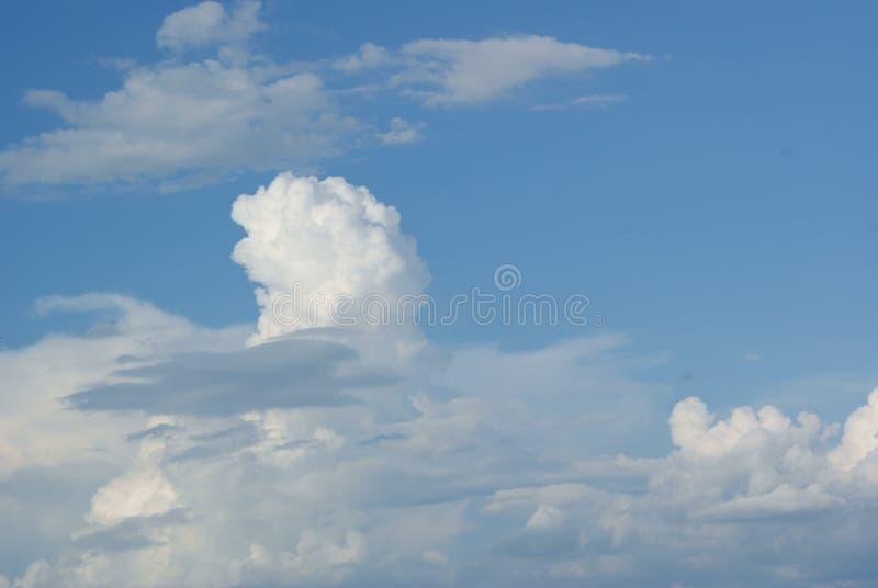 Skyline com o céu azul brilhante e Odd Shaped White Cloud fotos de stock royalty free