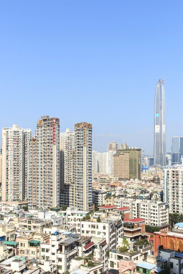 Skyline com o KK100, a segunda construção a mais alta de Shenzhen da cidade, no fundo imagem de stock