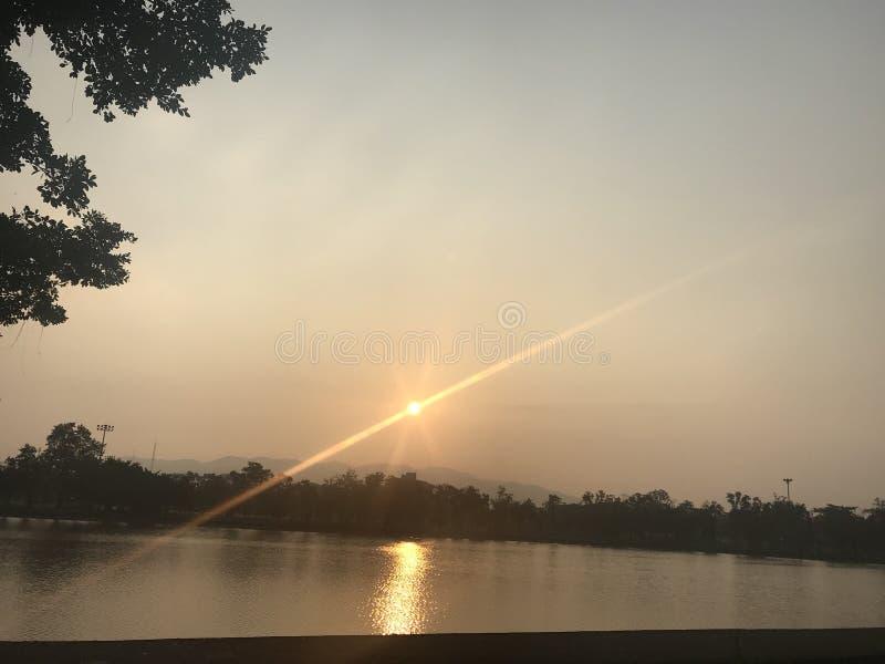 A skyline começa o sol imagem de stock royalty free