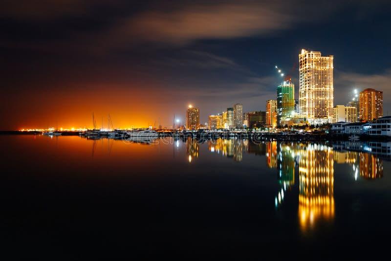 Skyline crepuscular da baía da cidade de Manila e de Manila foto de stock