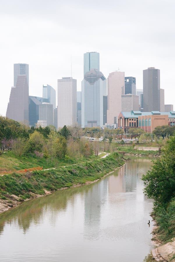 A skyline da albufeira e do Houston do búfalo, em Houston, Texas foto de stock royalty free