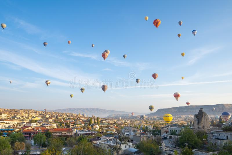 Skyline da arquitetura da cidade de Cappadocia com o balão de ar quente em Cappadocia, peru imagem de stock royalty free