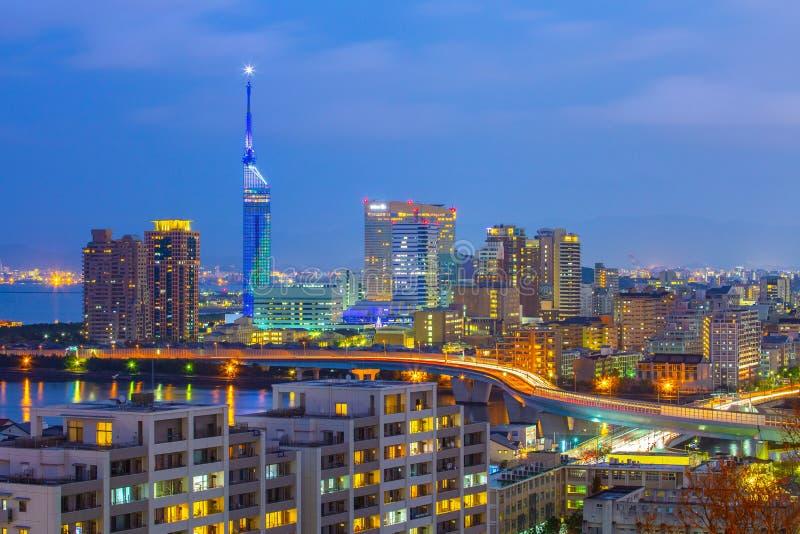 Skyline da arquitetura da cidade de Hakata na noite em Fukuoka, Japão fotografia de stock