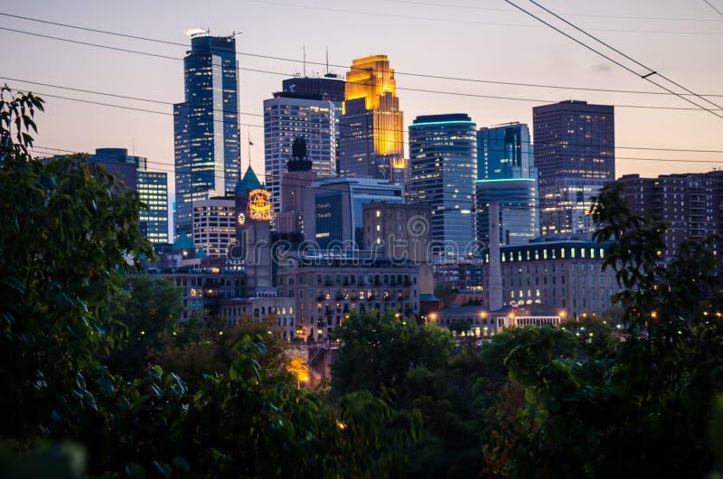 Skyline da arquitetura da cidade de Minneapolis do centro Minnesota na área do metro das cidades geminadas fotos de stock