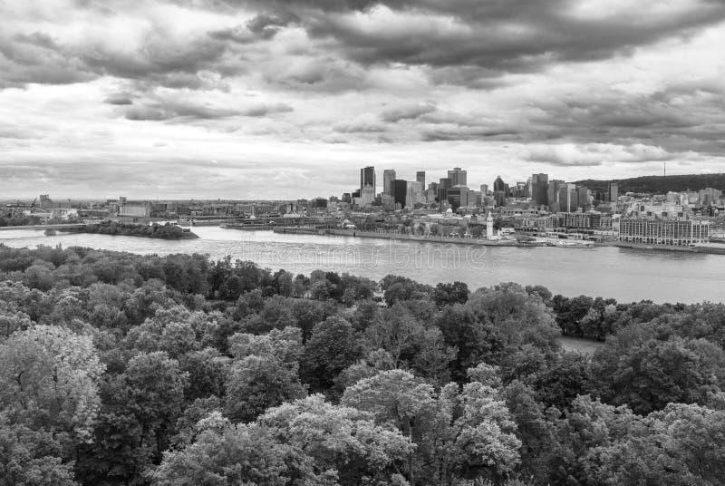 Skyline da arquitetura da cidade de Montreal com Saint Lawrence River no primeiro plano do Islind de Helen de Saint fotografia de stock