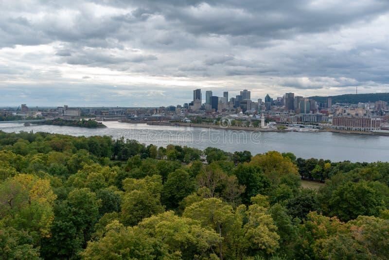 Skyline da arquitetura da cidade de Montreal com Saint Lawrence River no primeiro plano do Islind de Helen de Saint imagens de stock royalty free