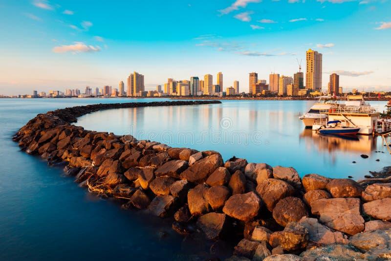 Skyline da baía da cidade de Manila e de Manila foto de stock royalty free