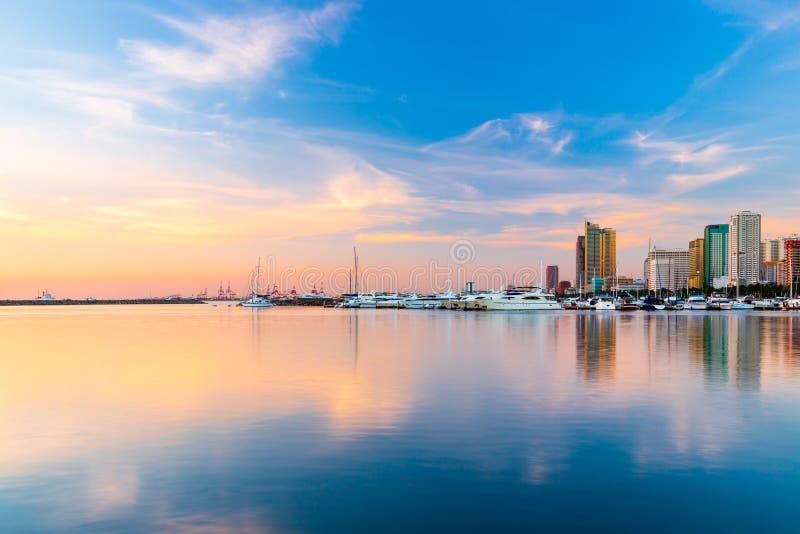 Skyline da baía da cidade de Manila e de Manila, Filipinas fotos de stock royalty free