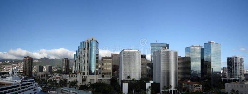 Skyline da baixa de Honolulu ao longo da estrada de Nimitz imagens de stock