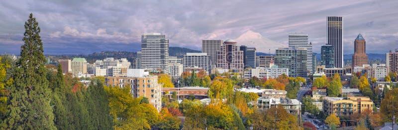 Skyline da baixa de Portland Oregon com capa do Mt fotografia de stock