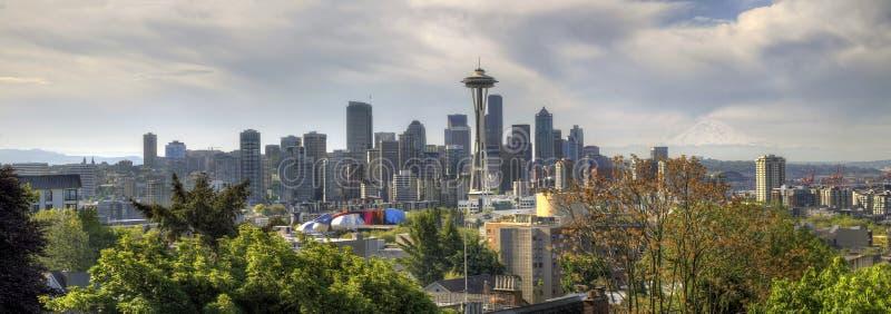 Skyline da baixa de Seattle com a montagem mais chuvosa fotografia de stock royalty free