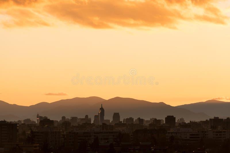 Skyline da baixa no por do sol, Santiago de Chile da cidade imagem de stock