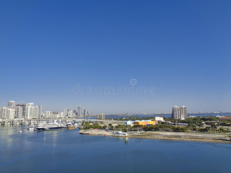 skyline da cidade com praia e baía foto de stock royalty free