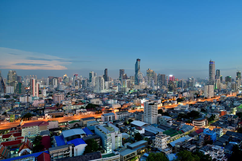 Skyline da cidade de Banguecoque na vista crepuscular da elevação alta fotos de stock royalty free