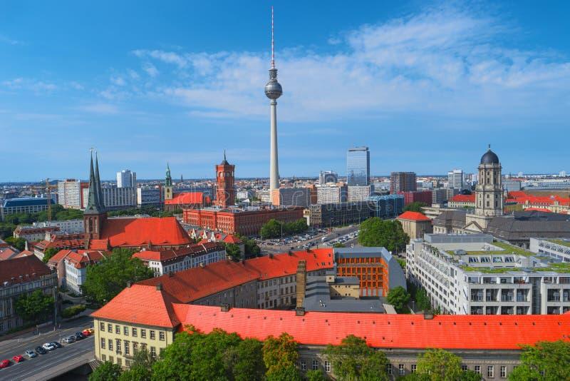 Skyline da cidade de Berlim, Alemanha, Europa Silhueta do homem de negócio Cowering fotos de stock royalty free