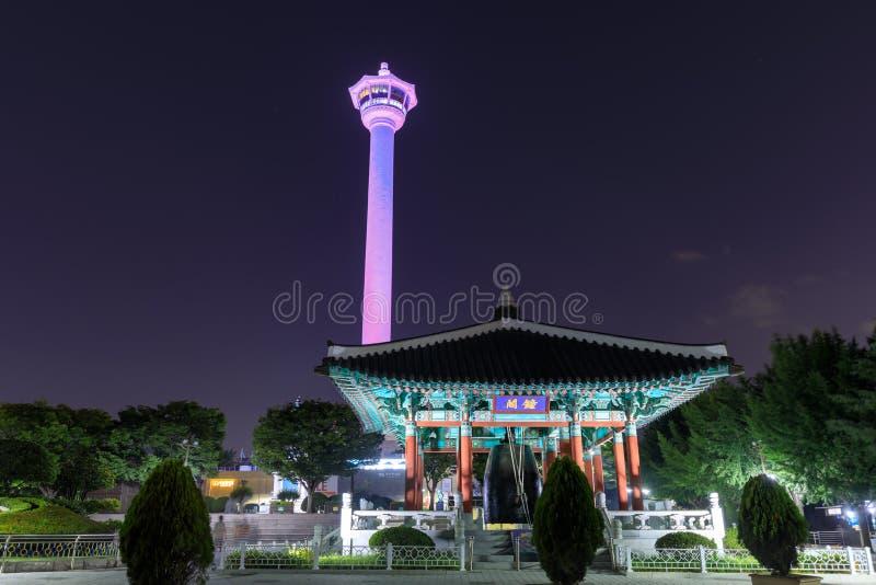 A skyline da cidade de Busan no parque de Yongdusan e Busan elevam-se, Busan, Coreia do Sul fotos de stock