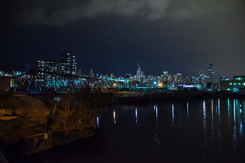 Skyline da cidade de Chicago com o Chicago River na noite imagens de stock