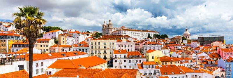 Skyline da cidade de Lisboa, Portugal sobre o distrito de Alfama Arquitetura da cidade no Alfama, distrito velho histórico do dia fotos de stock