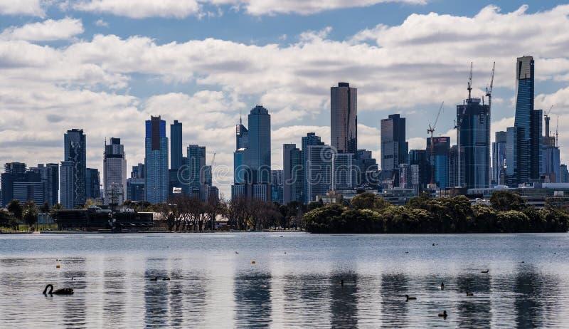 Skyline da cidade de Melbourne de Albert Park Lake imagens de stock royalty free