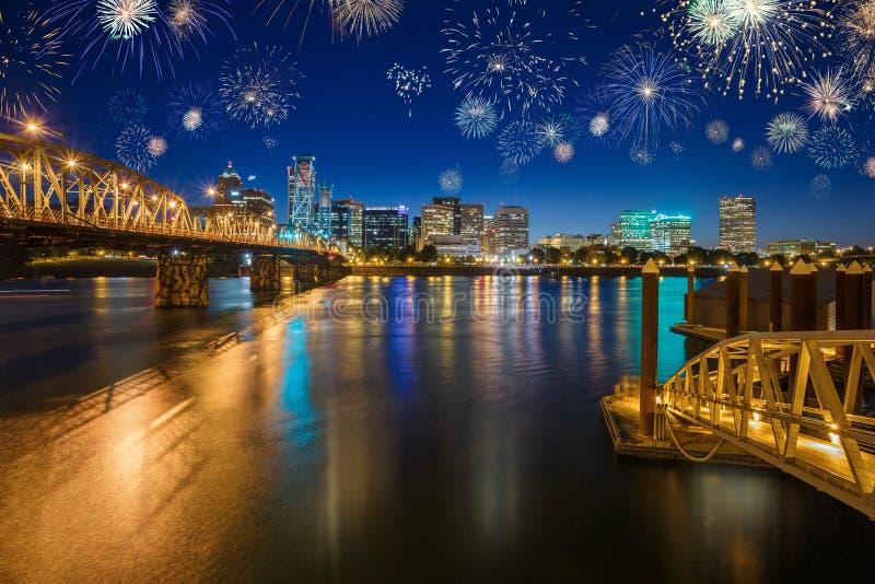 Skyline da cidade de Portland com a ponte do rio e do Hawthorne de Wilamette durante a noite fotografia de stock royalty free