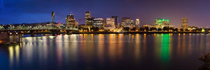 Skyline da cidade de Portland na noite imagens de stock royalty free