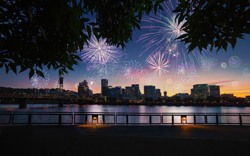 Skyline da cidade de Portland, Oregon durante a véspera de anos novos com fogos-de-artifício de explosão fotos de stock royalty free